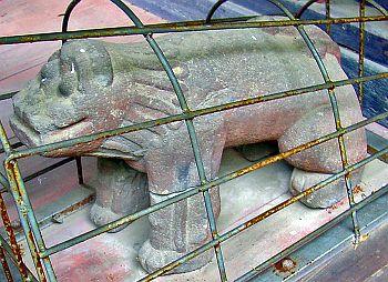 山梨県三珠熊野神社にある応永12(1405)年の日付が腹部に刻まれているはじめタイプ狛犬